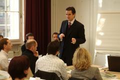 Armin Rott, Professor an der Hamburg Media School, begrüßt die Teilnehmer