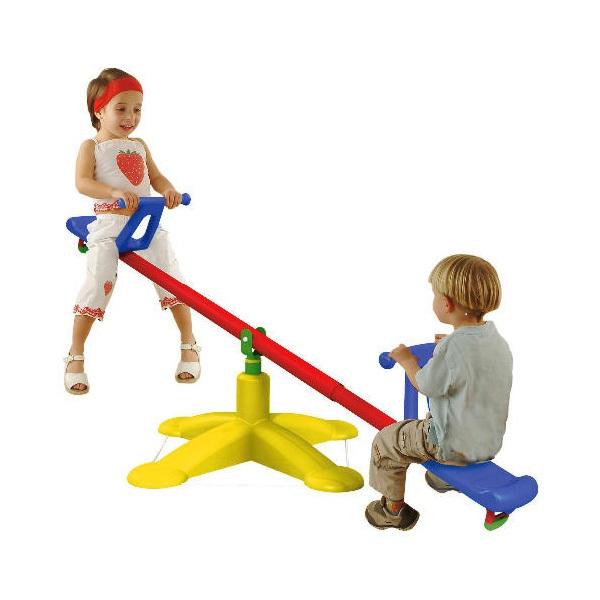 Zwei Kinder auf einer Wippe