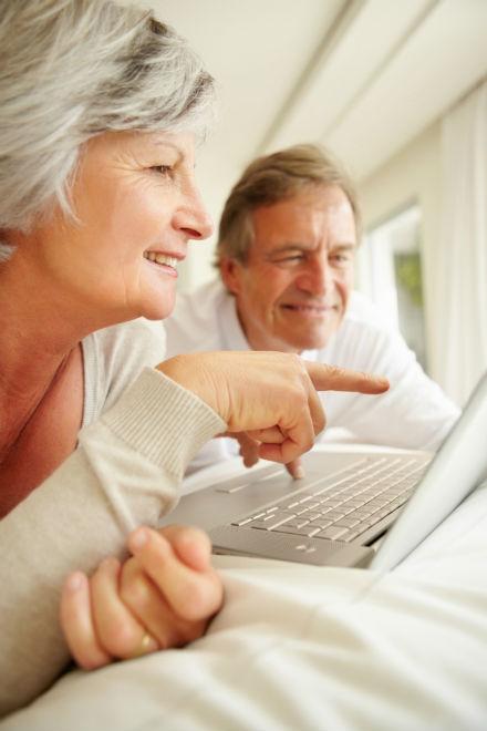 älteres Ehepaar am Computer