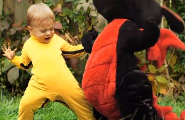 Dragon Baby: Kleiner Junge kämpft gegen Plüschtier