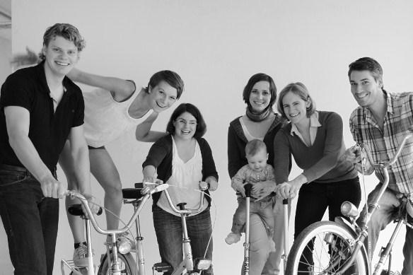 Das Team von tatkräftig: Die sechs festen Teammitglieder posieren für ein Gruppenfoto mit Fahrrädern