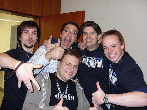 CAMPIXX Feeling: 5 junge Männer posieren gut gelaunt vor der Kamera