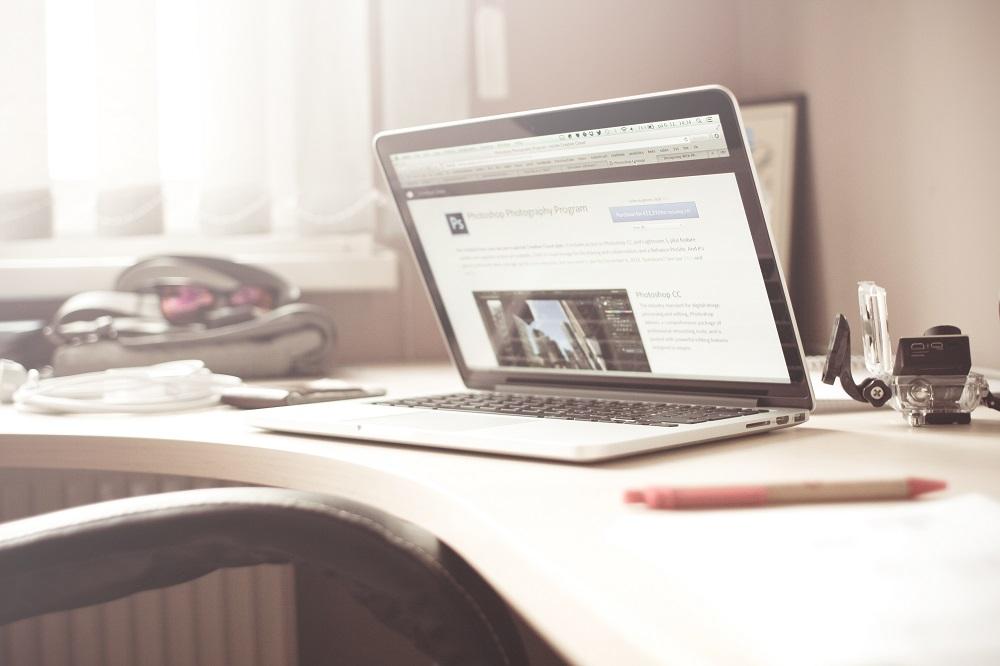 Schreibtisch mit Mac Book