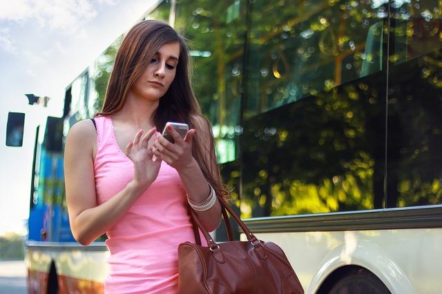 mädchen nutzt smartphone im straßenverkehr