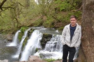 Martin vor walisischem Wasserfall
