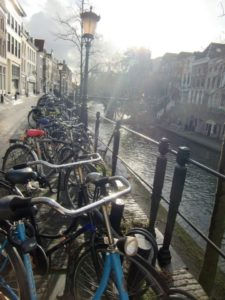 Fahrräder am Kanal in Utrecht