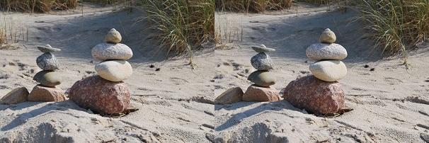 Zwei Bilder von Steinen am Strand mit unterschiedlichen Dateigrößen