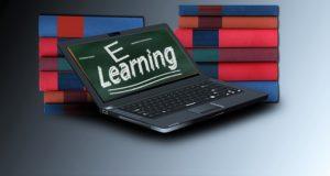 Laptop mit E-Learning auf dem Bildschirm