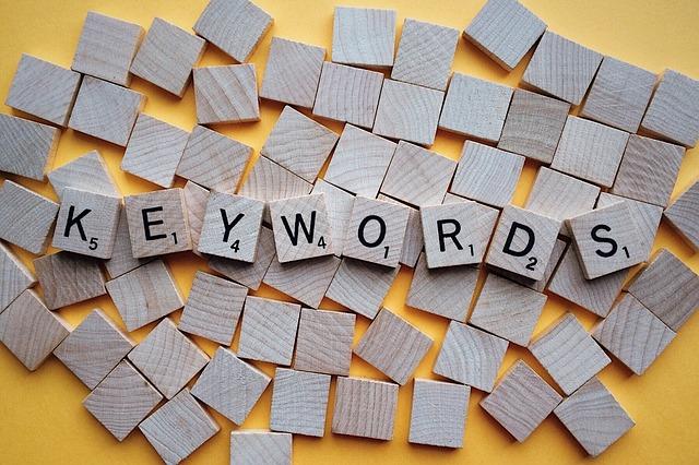 Scrabble-Steine formen das Wort Keywords