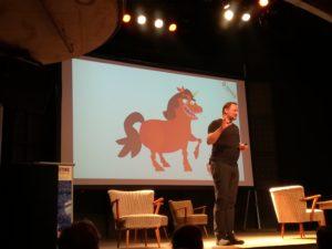 """Karl Kratz auf der Bühne zum Vortrag """"Die Kunst der digitalen Berührung"""""""