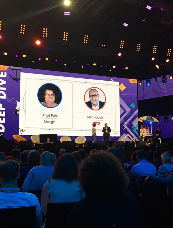 Birgit Pahl und Marc Opelt zum Thema digitale Transformation auf einer Bühne.