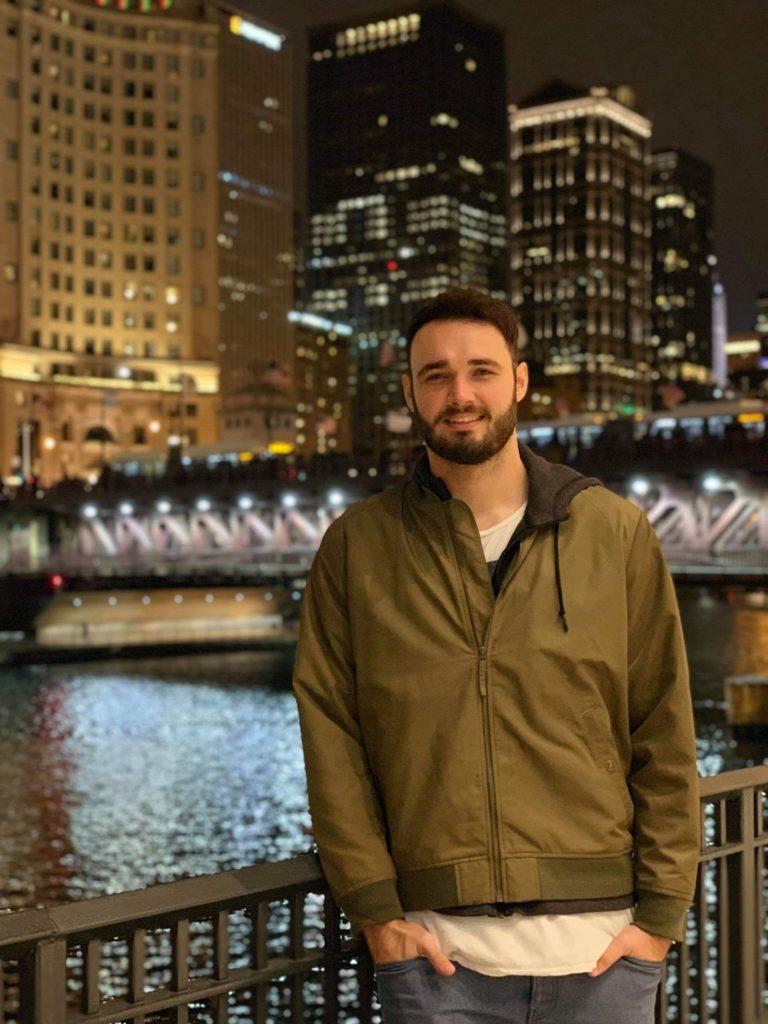 Benjamin vor dem Chicago River