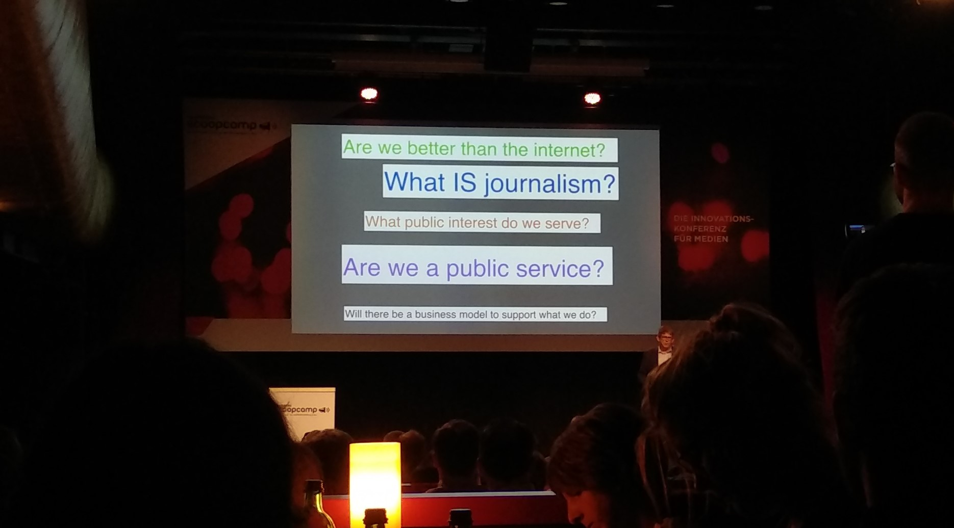 Alan Rusbridger stellt Fragen an den Journalismus in seinem scoopcamp-Vortrag.