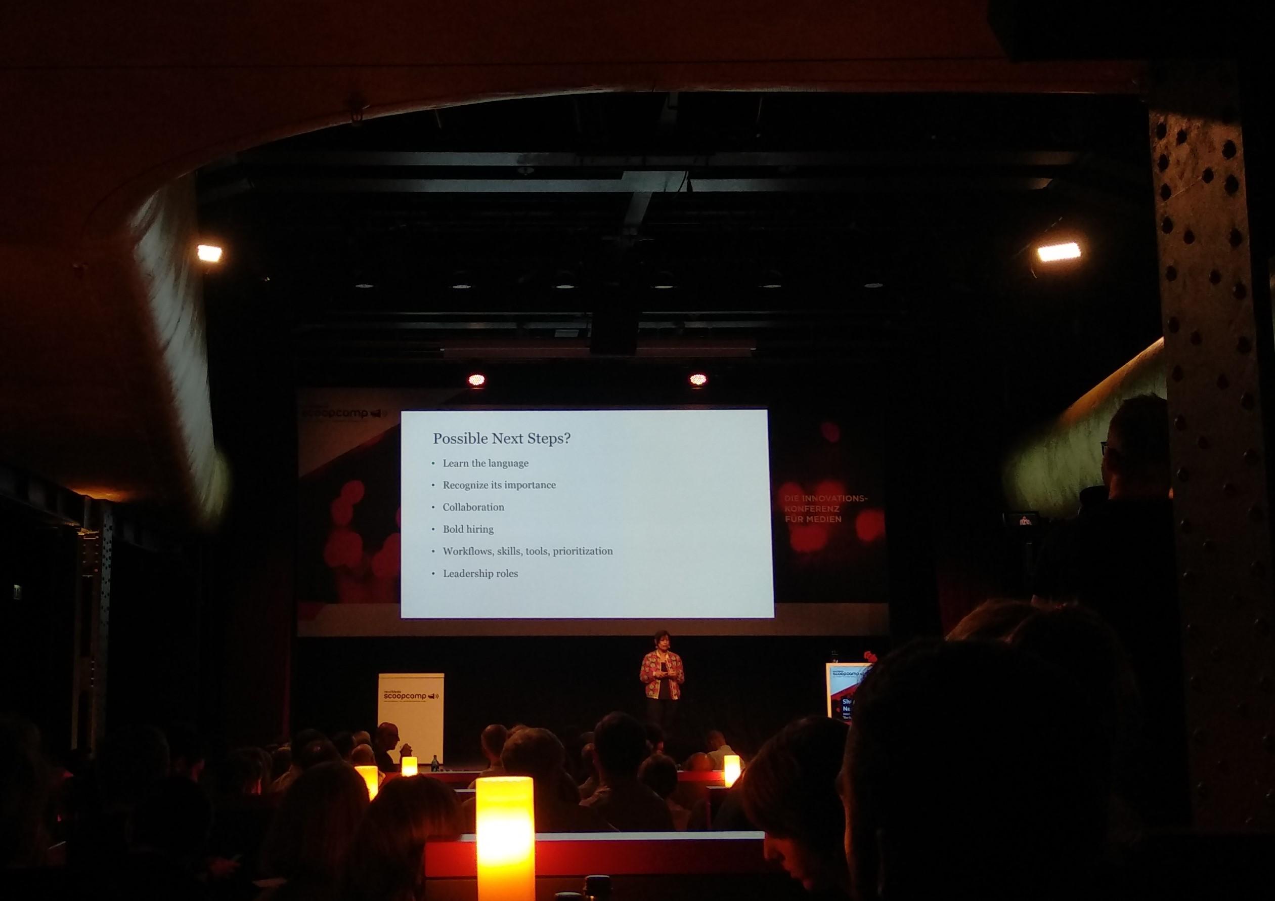 Scoopcamp-Vortrag von Shazna Nessa über die Zukunft des Journalismus.