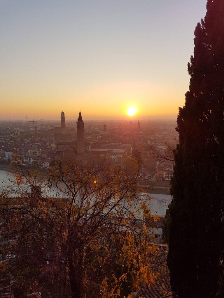 Sonnenuntergang über den Dächern von Verona
